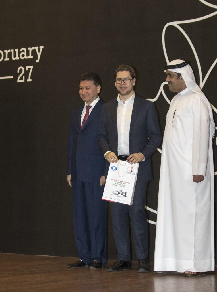 Jon Ludvig Hammer med premien i Sharjah. Foto: Maria Emelianova