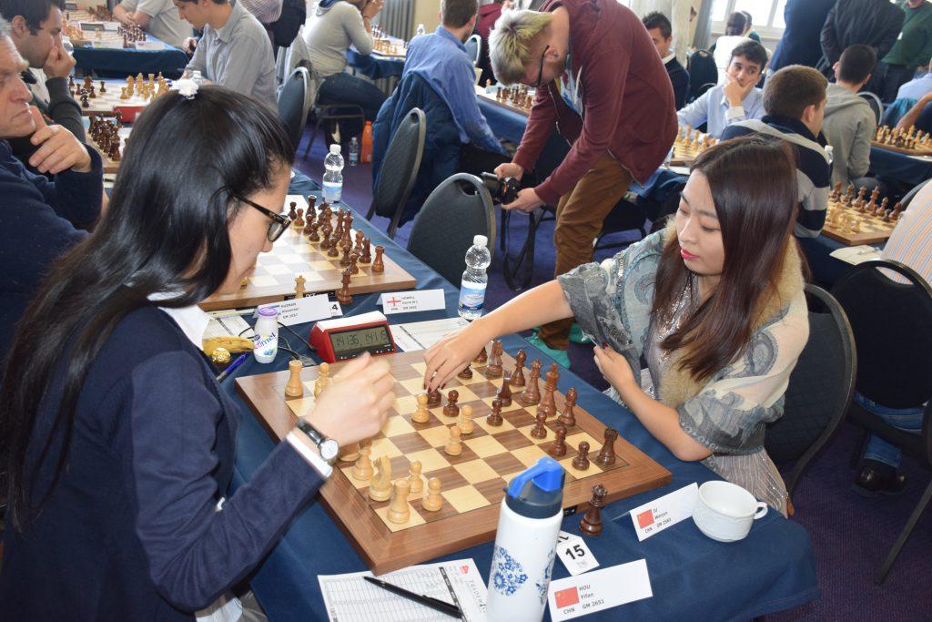 Yifan Hou i møtet med en av de mange kvinnelige motstanderne: Wenjun Ju, også hun fra Kina. Foto: Tarjei J. Svensen