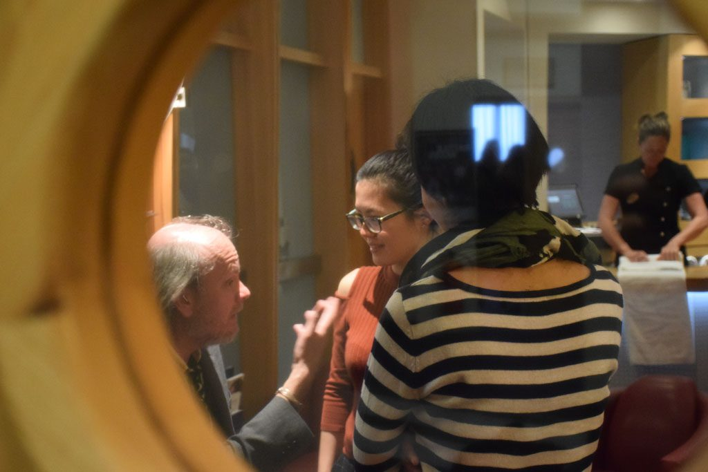 Yifan Hou og moren i samtale med turneringssjef Stuart Conquest. Foto: Tarjei J. Svensen