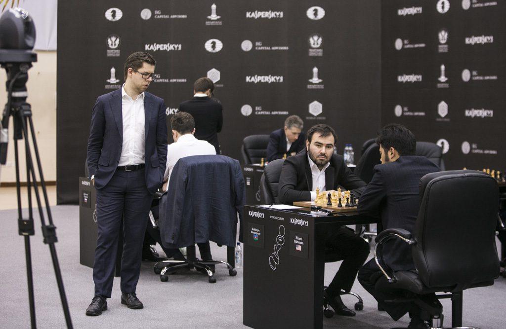 Hammer tar en kikk på partiet mellom Shakhriyar Mamedyarov og Hikaru Nakamura, som endte remis. Foto: Maria Emelianova