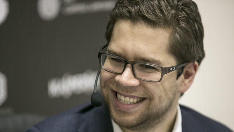 Jon Ludvig Hammer fornøyd på pressekonferansen etter remisen mot Alexander Grischuk. Foto: Maria Emelianova