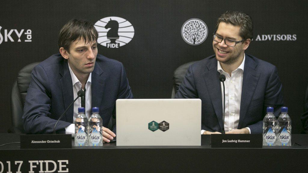 Jon Ludvig Hammer i godt humør etter remisen mot Alexander Grischuk. Her under gjennomgangen på pressekonferansen. Foto: Maria Emelianova
