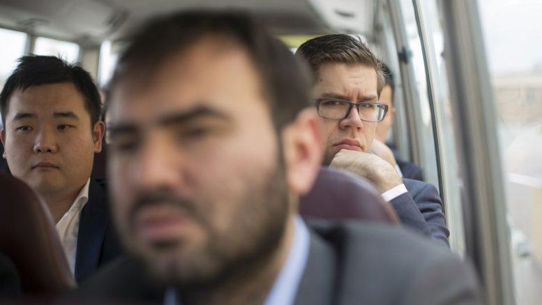 Jon Ludvig Hammer i bussen som frakter deltakerne til Sharjah Chess Club. Foto: Maria Emelianova