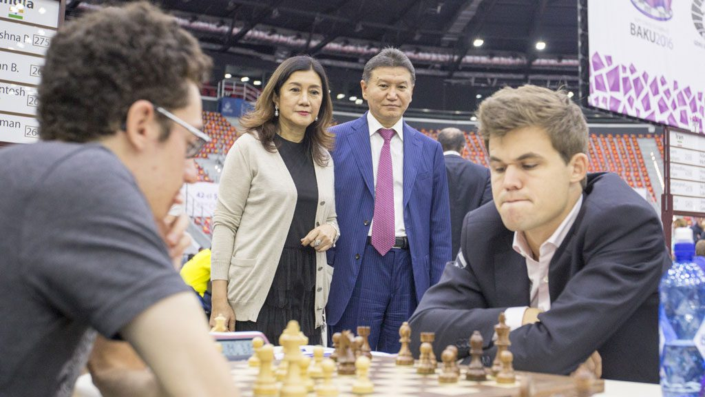 Kirsan Ilyumzhinov og Thailands prinsesse ved Magnus Carlsens brett under Sjakk-OL i Baku i fjor. Foto: Maria Emelianova