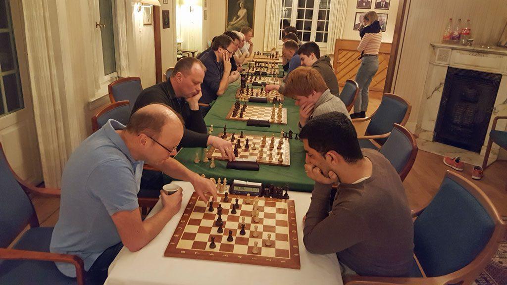 Molde Sjakklubb en av klubbene hvor flere medlemmer har kommet tilbake etter en pause på 15-20 år. Her fra en lynsjakkturnering torsdag. Foto: Tarjei J. Svensen