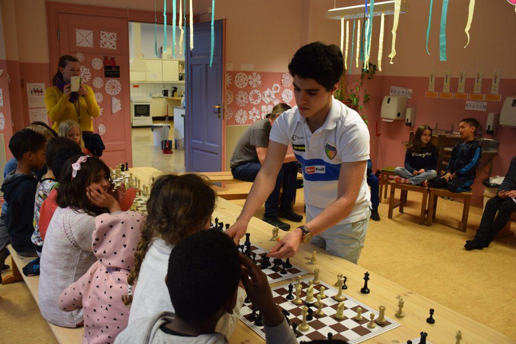 SJAKKJENDIS: Aryan Tari var populær blant de yngste da han holdt simultan på Møllergata skole nylig. Foto: Tarjei J. Svensen
