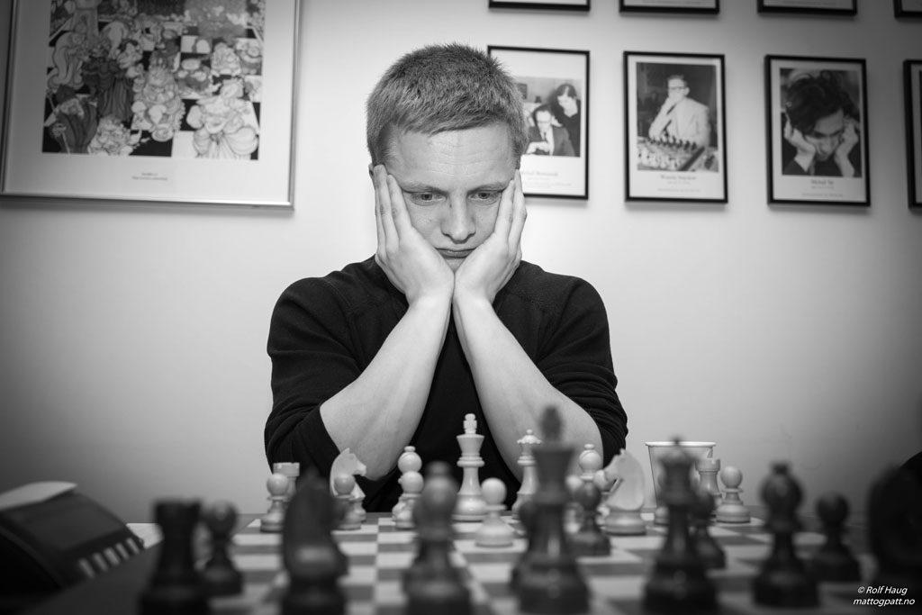 VIKTIG BRIKKE: Harald Mikalsen, leder i Alta sjakklubb, tok selv 2,5 poeng av 3 denne helgen. Foto: Rolf Haug/mattogpatt.no