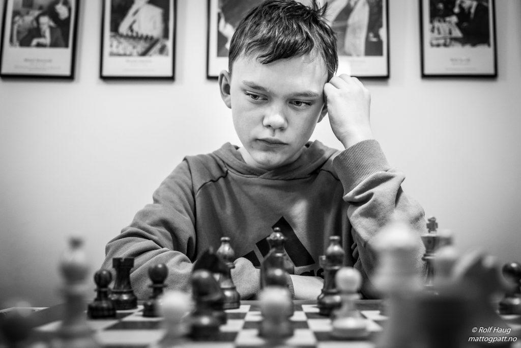 STORSPILTE: André Nielsen (14) holdt remis mot ingen ringere enn Hans Olav Lahlum og vant siste runde. Foto: Rolf Haug/mattogpatt.no