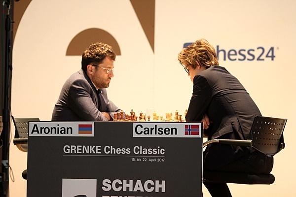 51. MØTET: Levon Aronian og Magnus Carlsen. Foto: Georgios Souleidis