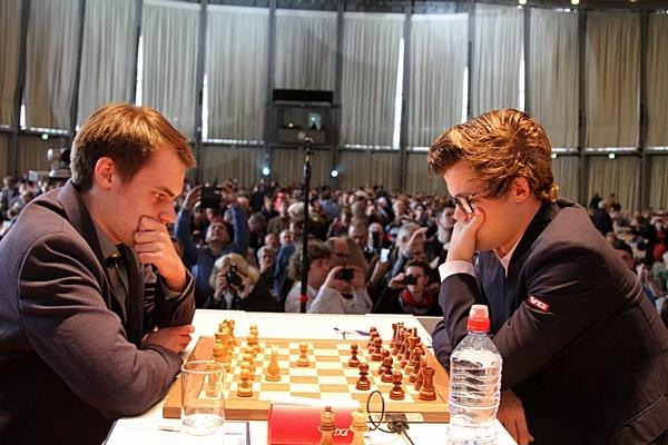 UVANLIG: Magnus Carlsen svarte med uvanlig trekk i oppgjøret mot Matthias Bluebaum. Foto: Georgios Souleidis