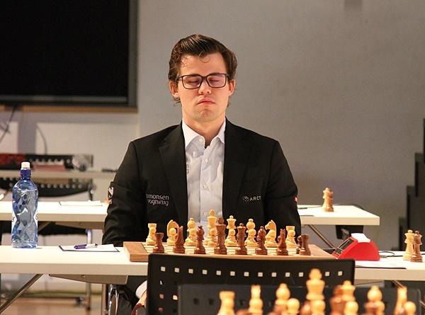 FORBEREDELSEr: Magnus Carlsen før partiet mot Fabiano Caruana. Foto: Georgios Souleidis