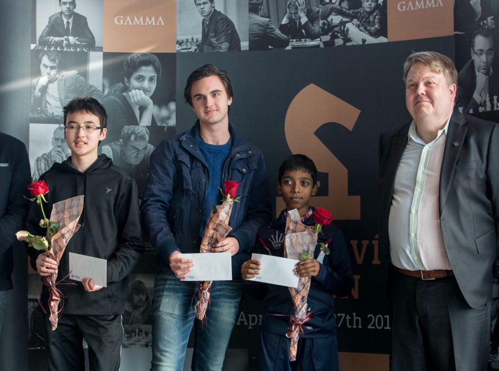 JUNIORPREMIER: Eivind Olav Risting, sammen med de andre juniorvinnerne i Reykjavik Open, og president i det islandske sjakkforbundet Gunnar Björnsson. Foto: Maria Emelianova