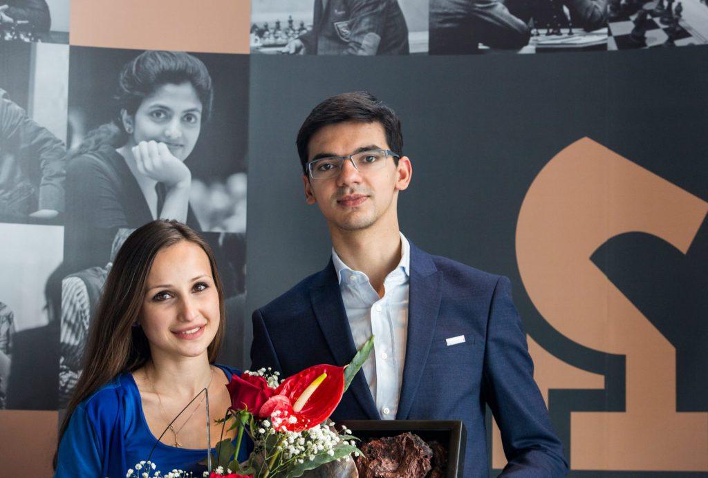SJAKKPAR: Seierherren Anish Giri sammen med kona Sopiko Guramishvili, som også deltok i Reykjavik Open. Foto: Maria Emelianova