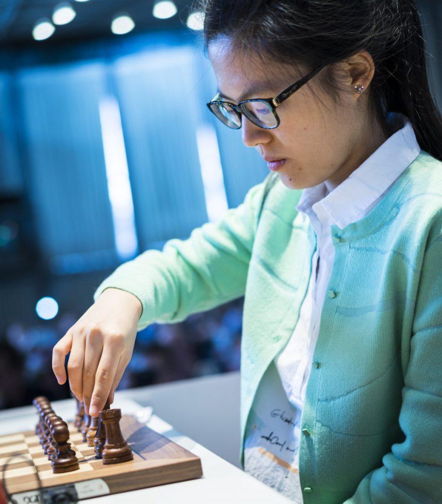 TO AV TO: Yifan Hou (23) har åpnet knallsterkt, men mandag venter Magnus Carlsen. Foto: Lennart Ootes
