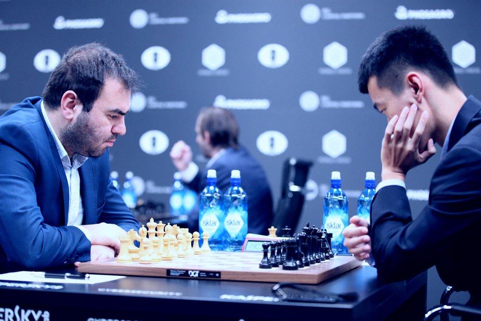 KJEDELIG: Toppoppgjøret mellom Shakhriyar Mamedyarov og Ding Liren endte i remis etter bare 15 trekk. Foto: Anastasiya Karlovich/FIDE