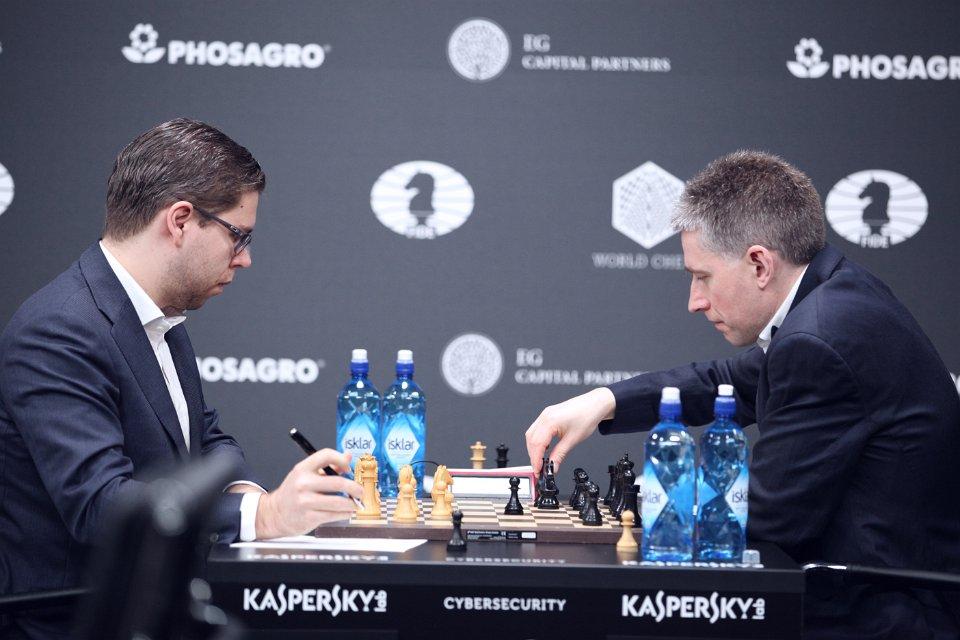 VM-HJELPERE: Jon Ludvig Hammer og Michael Adams kjenner hverandre godt fra da de begge hjalp Magnus Carlsen i VM-forberedelsene. Foto: Anastasiya Karlovich/FIDE