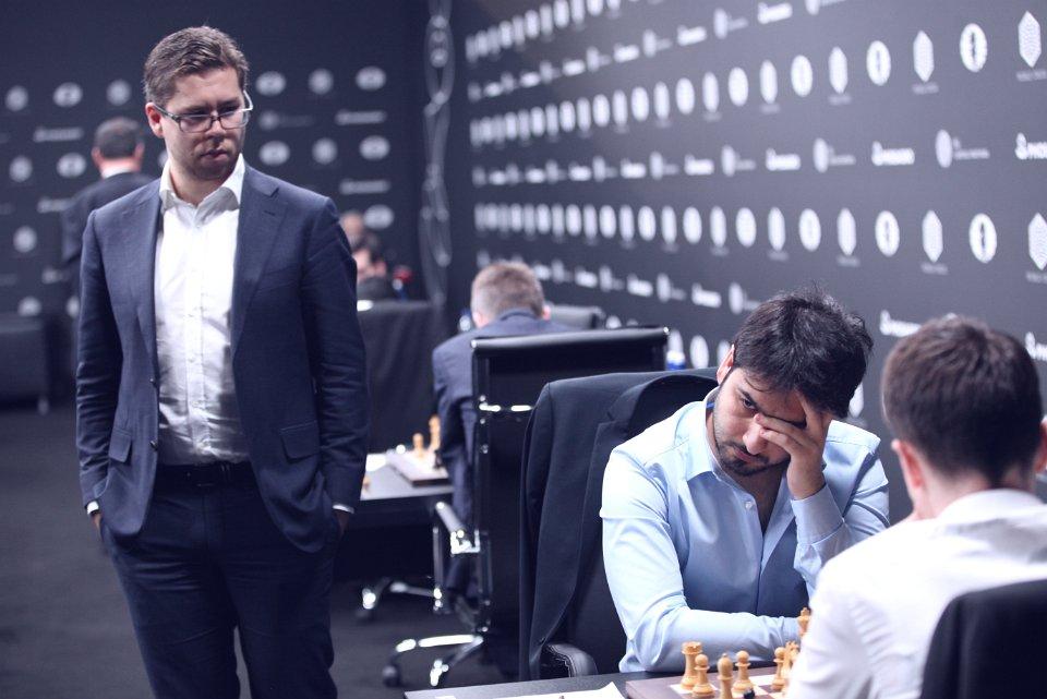 Hammer kikker på motstanderen i niende runde, Saleh Salem fra Emiratene. Foto: Anastasiya Karlovich/FIDE