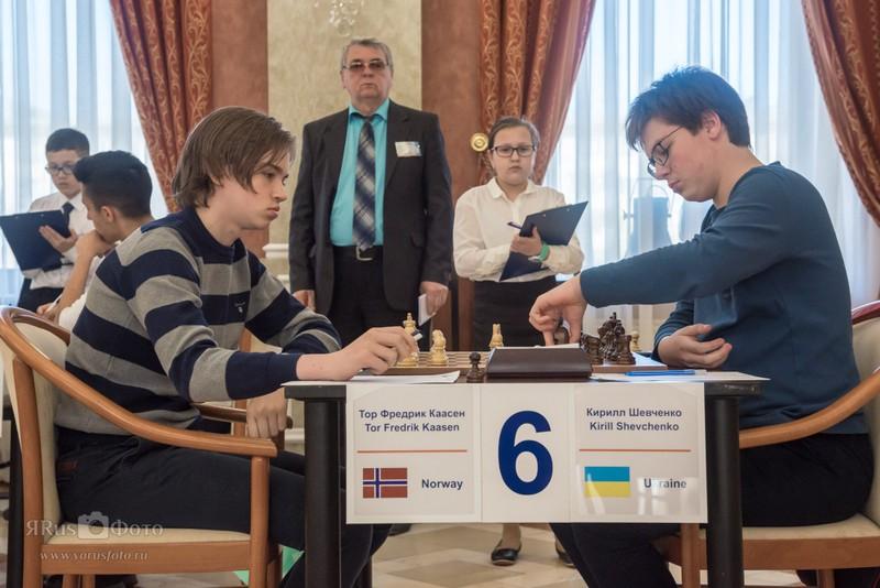DRONNINGOFFER: Tor Fredrik Kaasen spilte et godt parti mot den ukrainske ratingfavoritten, men det holdt bare til remis. Foto: World Youth Stars