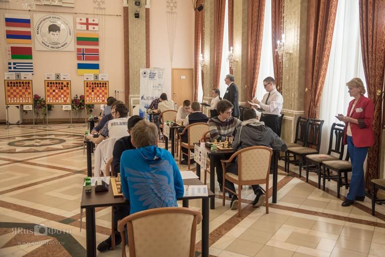 Partiene vises på demonstrasjonsbrett i spillelokalet i Kirishi. Foto: World Youth Stars