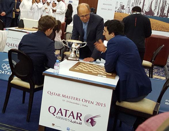 Kramnik i samtaler med familien Carlsen i Qatar i 2015. Foto: Tarjei J. Svensen
