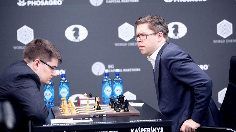 REMISTILBUD: Jon Ludvig Hammer valgte å tilby remis få trekk etter å ha oversett en taktisk manøver av Evgeny Tomashevksy. Foto: Anastasiya Karlovich/FIDE