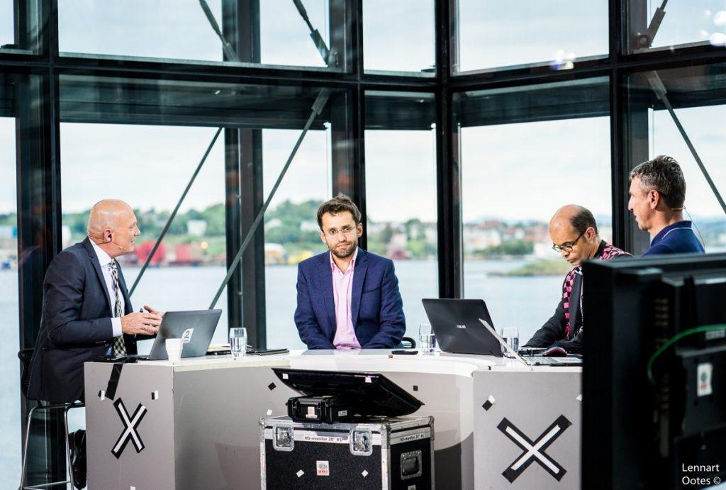 LEDER: Levon Aronian tok seg god tid til å kommentere Carlsens parti i TV 2s studio. Foto: Lennart Ootes