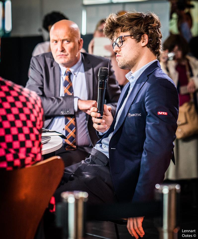 NEDBRUTT: Magnus Carlsen var tydelig misfornøyd, men tok seg tid til en rask visitt hos programleder Fin Gnatt og TV 2s sjakkstudio. Foto: Lennart Ootes