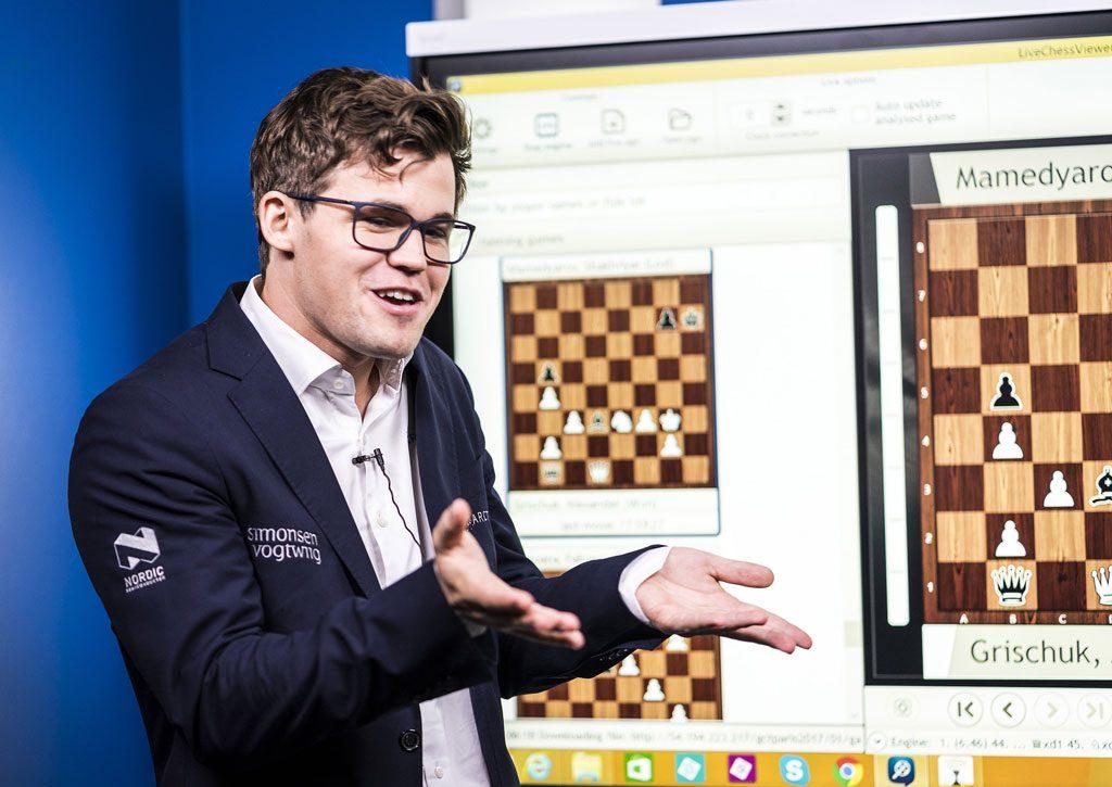 OPPGITT: Magnus Carlsen virket oppgitt av spørsmålet han fikk av Maurice Ashley. Foto: Lennart Ootes