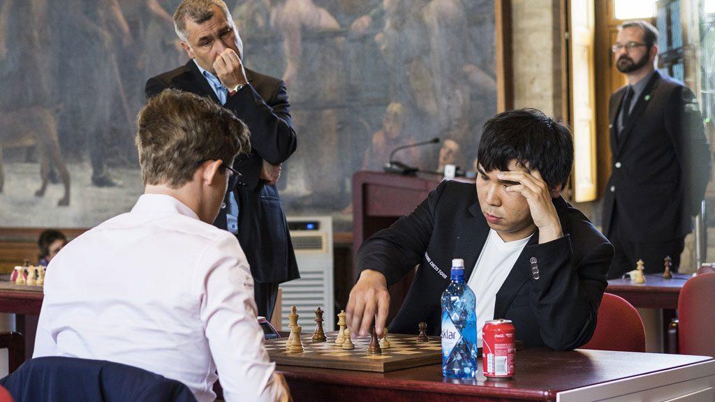 NEDTUR: Vasily Ivanchuk er vitne til at Magnus Carlsen taper hurtigsjakkoppgjøret mot Wesley So i Leuven. Foto: Lennart Ootes