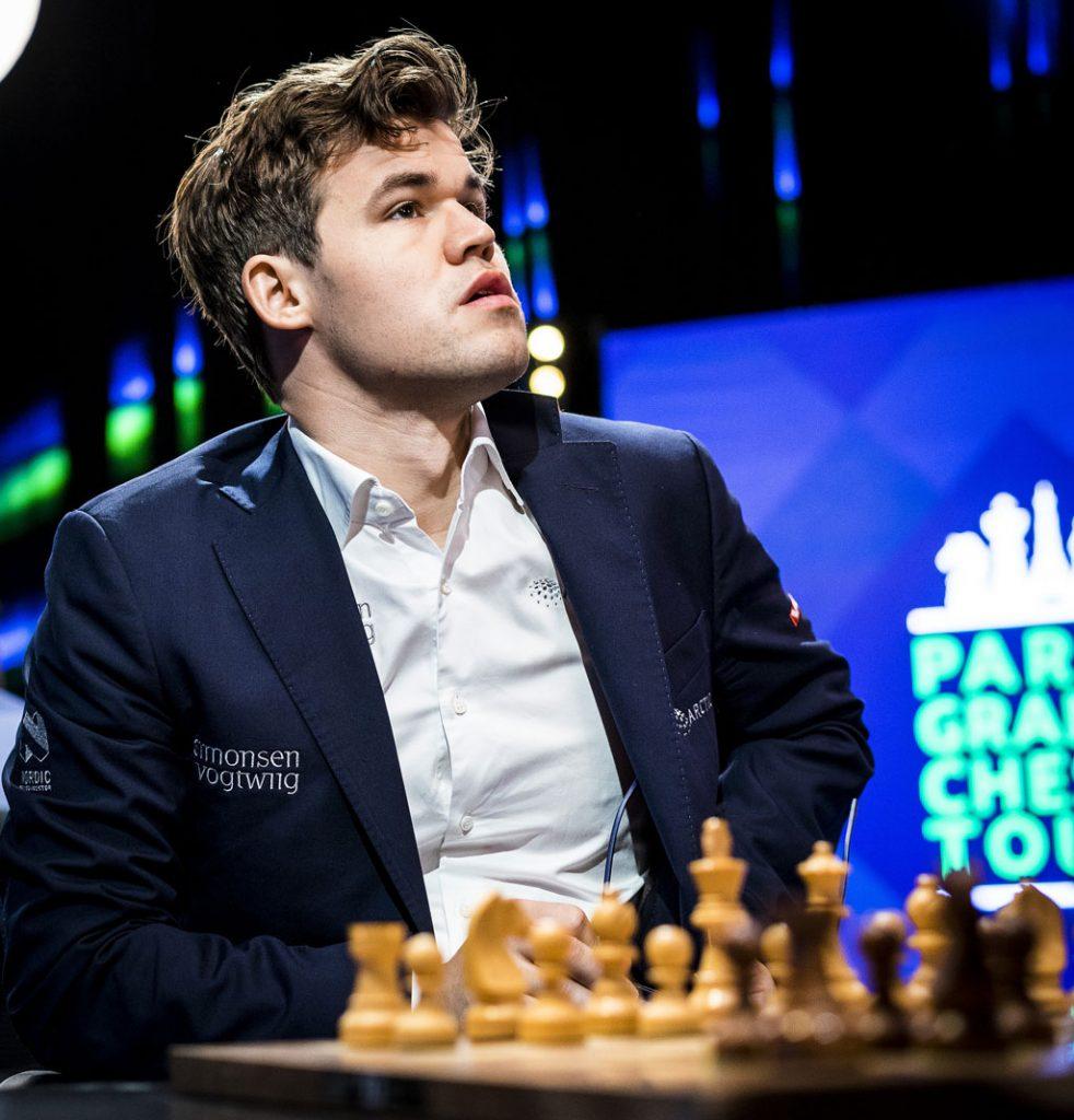 BRILLELØS: Magnus Carlsen spilte delvis uten briller fredag. Foto: Lennart Ootes