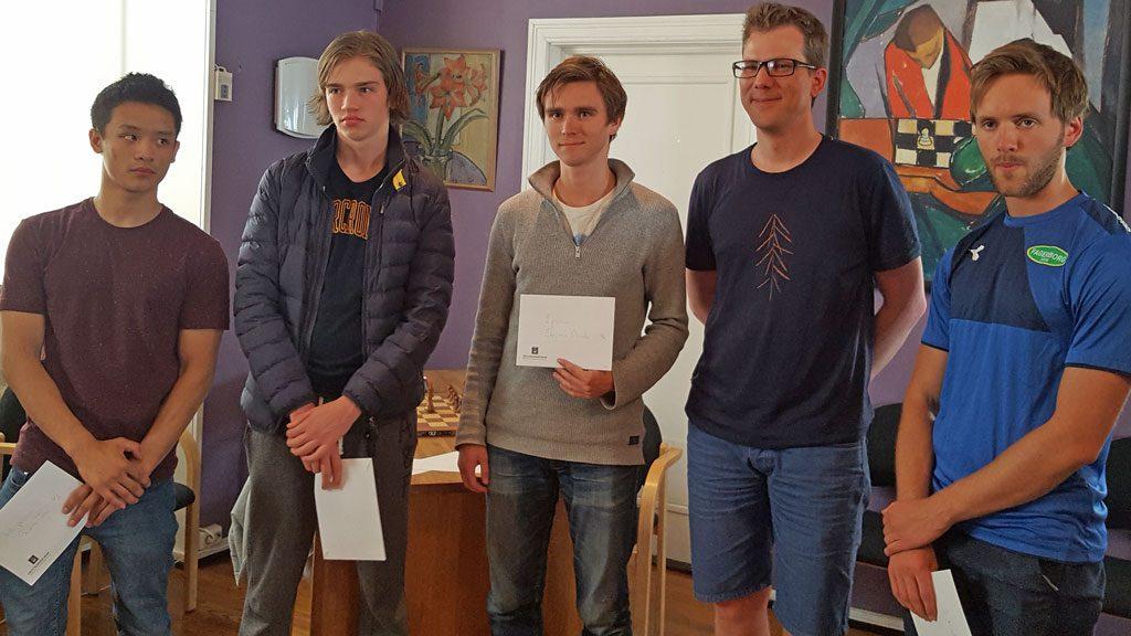 PREMIEVINNERE: Benjamin Arvola Notkevich fikk meg seg 5000 kroner for den fenomenale seieren i Sveins 10. minneturnering. Foto: Tarjei J. Svensen