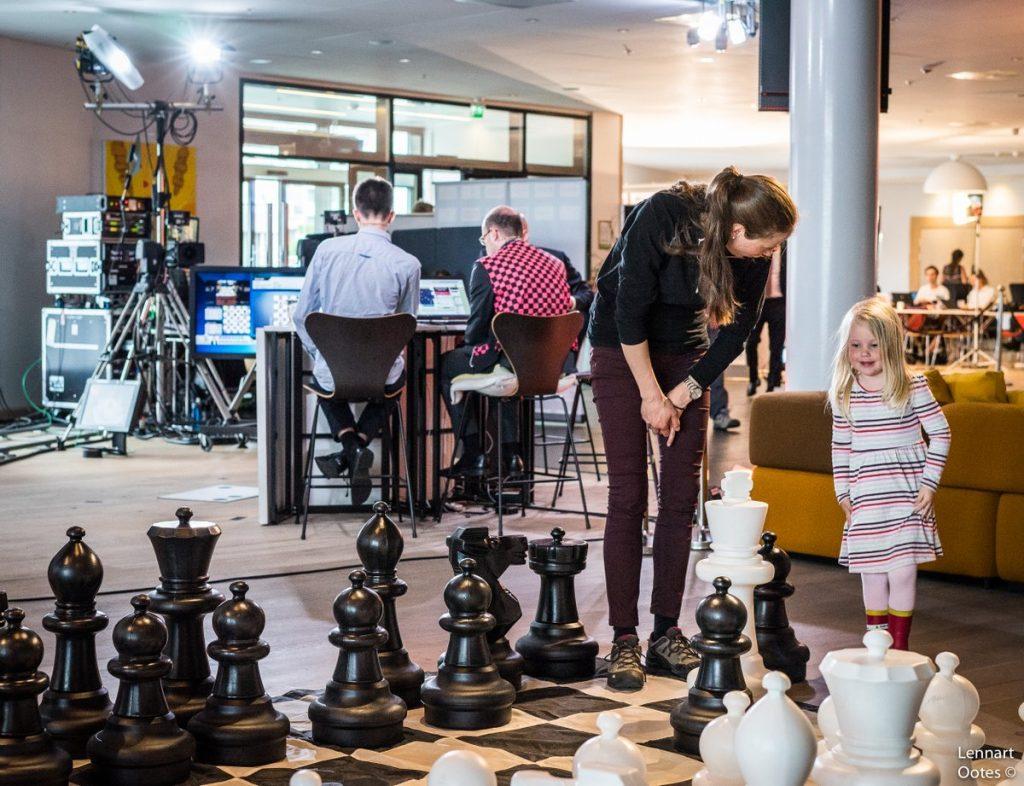 TV 2: En potensiell sjakkspiller rekrutteres, mens Geir Sune Tallaksen Østmoe og Hans Olav Lahlum kommenterer for TV 2 i Stavanger. Foto: Lennart Ootes