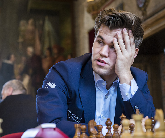 SLITEN: Magnus Carlsen under lørdagens lynsjakk i Leuven. Foto: Lennart Ootes