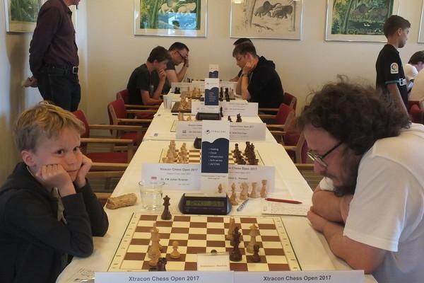 SENSASJON: Aksel Bu Kvaløy sto for en av de store overraskelsene i 1. runde av XtraCon Chess Open med seieren over FM Dauth. Foto: XtraCon Chess Open