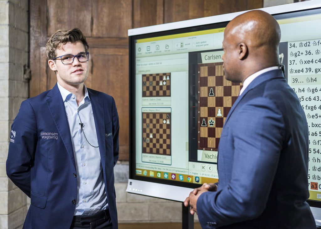 FORNLYD: Magnus Carlsens seier over Maxime Vachier-Lagrave var svært viktig. Her med Maurice Ashley. Foto: Lennart Ootes