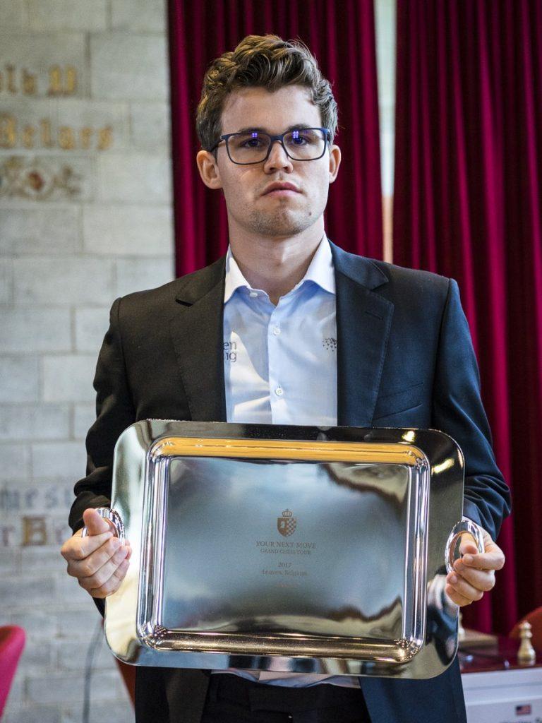 SEIER: - Det føles bra, bedre enn i fjor, var kommentaren Magnus Carlsen ga da han sto med trofeet. Foto: Lennart Ootes