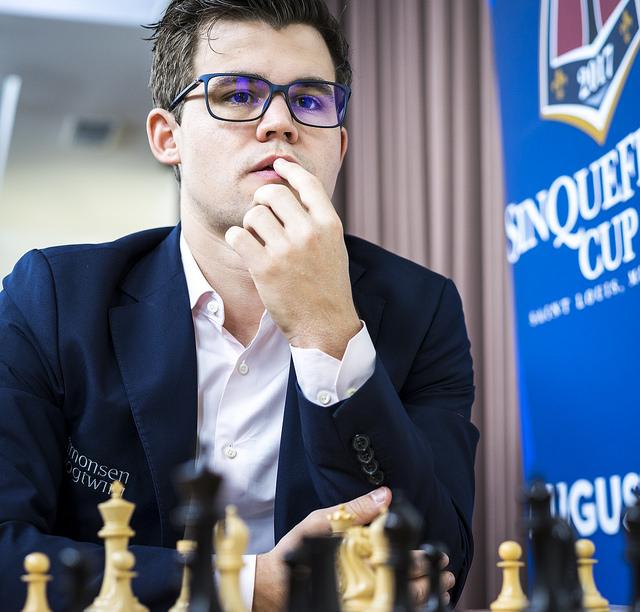 REMIS: Magnus Carlsen er fortsatt med i kampen om førsteplassen i St. Louis, men irriterer seg nok over 6. rundepartiet mot Nakamura. Foto: Lennart Ootes/Grand Chess Tour