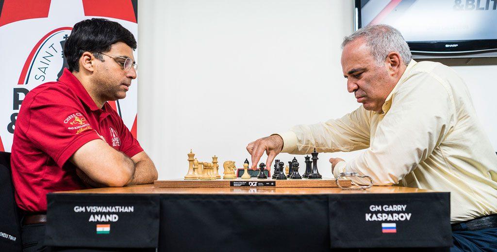 LEGENDER: Anand og Kasparov barker sammen 12 år etter det forrige møtet i 13. runde av Linares i 2005. Foto: Lennart Ootes/Grand Chess Tour