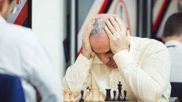Garry Kasparov med fem remiser og ett tap etter to dager i St. Louis. Foto: Lennart Ootes/Grand Chess Tour