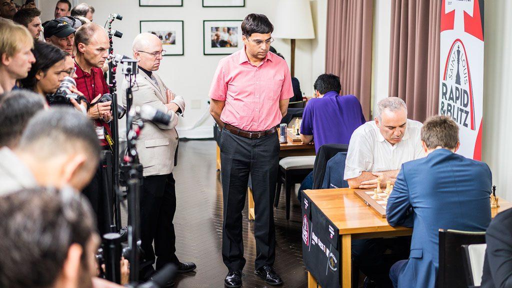 Viswanathan Anand følger med på oppgjøret mellom Karjakin og Kasparov. Foto: Lennart Ootes/Grand Chess Tour