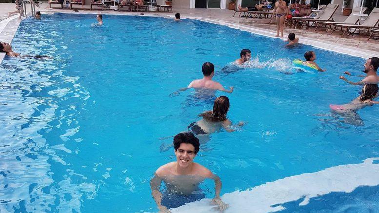 Aryan Tari er ikke helt fornøyd med innsatsen i Tyrkia, men så i alle fall ut til å kose seg i bassenget. Foto: Privat