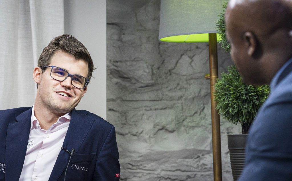 FORNØYD: God tone mellom Carlsen og Maurice Ashley denne gangen. Foto: Lennart Ootes/Grand Chess Tour