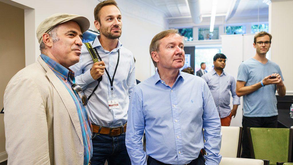 Kasparov følger med på partiene sammen med Chess.com-journalist Peter Doggers og New in Chess' Dirk Jan ten Geuzendam. Foto: Lennart Ootes/Grand Chess Tour