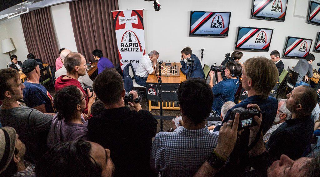 FOLKSOMT: Interessen var naturlig nok enorm for Kasparovs comeback. Ute sto folk i kø for å komme inn. Foto: Lennart Ootes/Grand Chess Tour