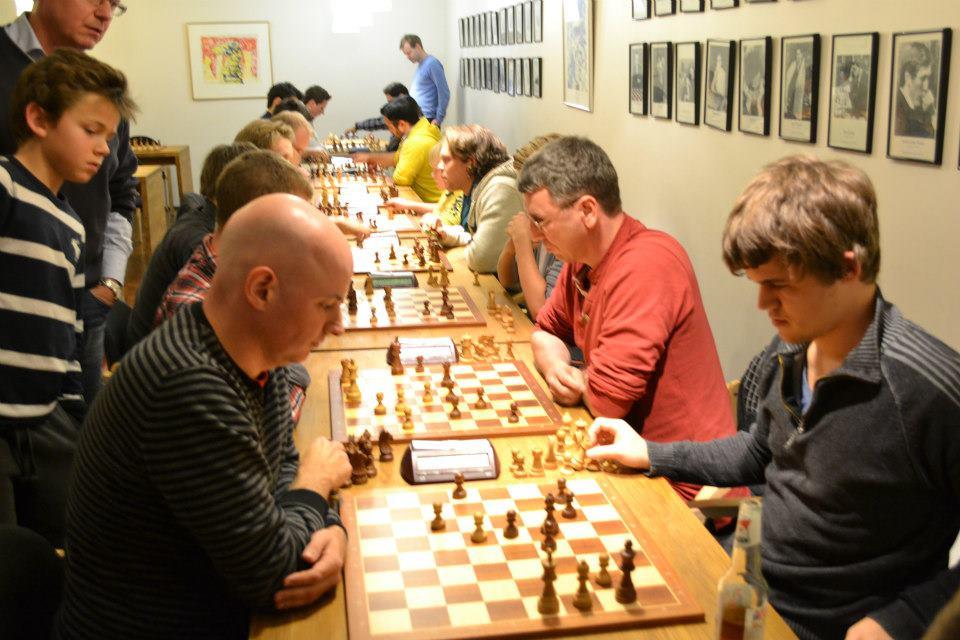 STJERNEMØTE: Magnus Carlsen i lynsjakkturnering mot Atle Grønn i 2012. Foto: Olga Dolzhikova
