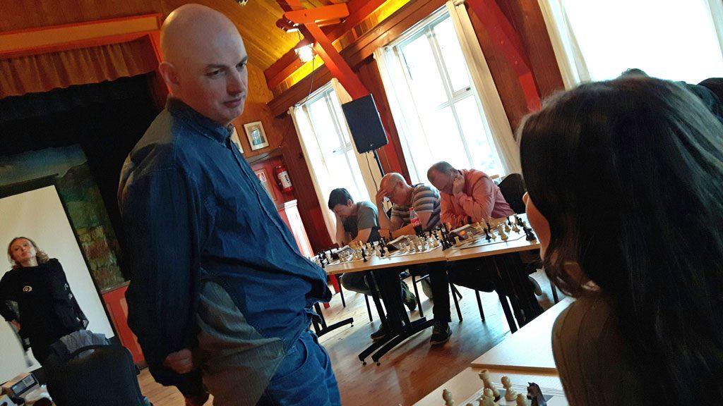 Atle Grønn under simultansjakk i regi av Folgefonn sjakklubb like etter Grønn sitt foredrag for Festidalen. Grønn vant samtlige partier. Foto: Morten Fosse