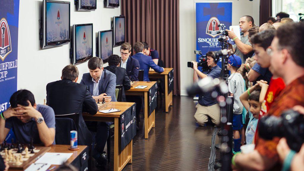 Mange kameraer er i aksjon i den flotte sjakklubben i St. Louis. Foto: Lennart Ootes/Grand Chess Tour