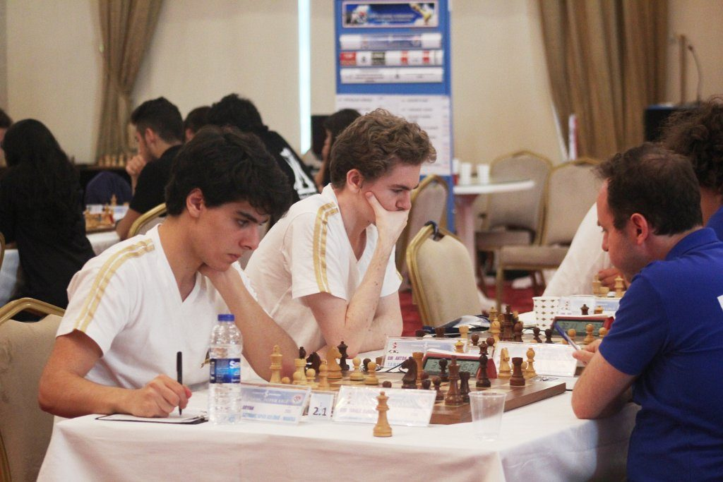 TOPPMØTE: Aryan Tari fikk med seg en remis mot tidligere europamester Evgeny Najer. Det er andre gang han remiserer russeren. Foto: Turkish Chess Federation