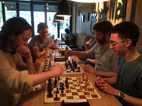 STJERNESPEKKET: Frode Urkedal og Torbjørn R. Hansen fikk bryne seg på Fabiano Caruana og Rustam Kasimdzhanov i sjokk-sjakk. Foto: Ida Landsverk