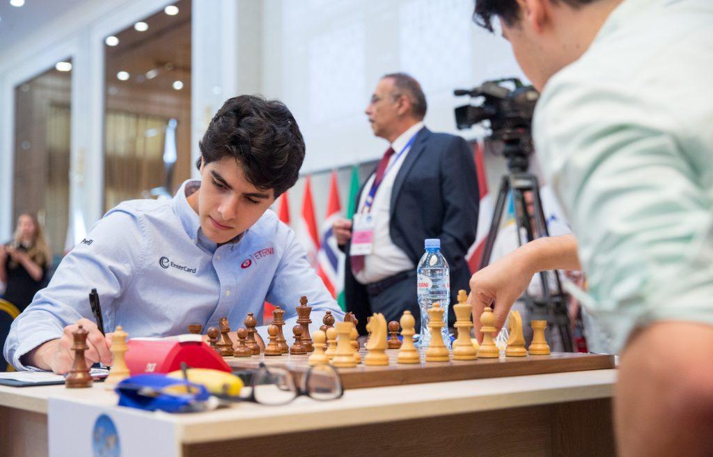 Aryan Tari må holde hodet kaldt i omspillet i FIDE World Cup tirsdag. Foto: Maria Emelianova/mattogpatt.no